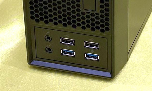 本体下部 USB端子やヘッドフォン端子がある