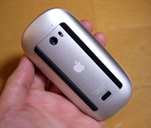 Apple Magic Mouseの裏側 オンオフスイッチがあります