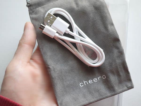cheero Power Plus 2 mini 6000mAhには、USBケーブルと携帯用の袋が付いています