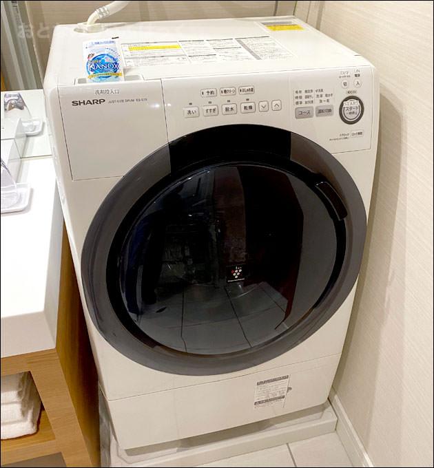 バスルームにあるシャープ製の洗濯機