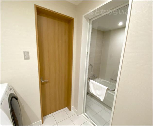 バスルームの奥にあるトイレと浴槽