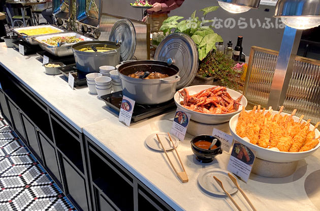 温かい料理のブッフェ台