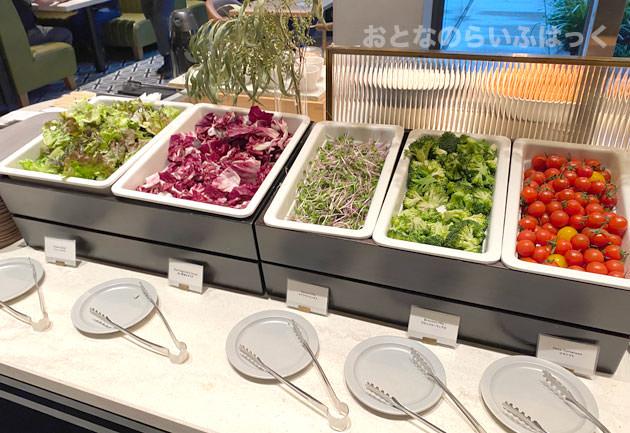 ブッフェ台のサラダ