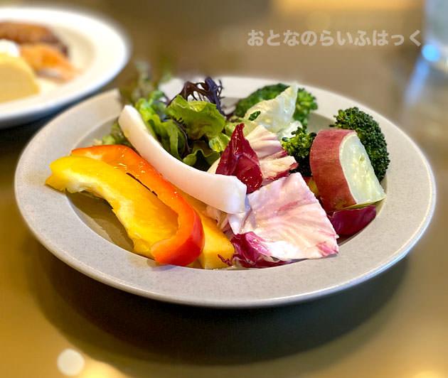 皿に盛り付けたサラダ