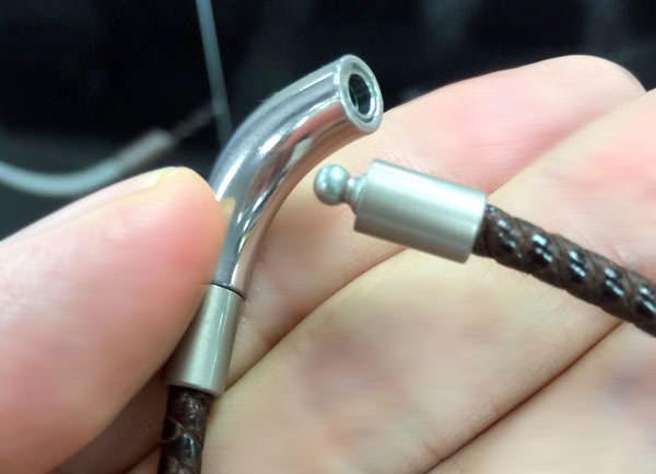 ダルビッシュ有モデル「RAKUWAネックX100」の接続部分 引っ張ると外れる