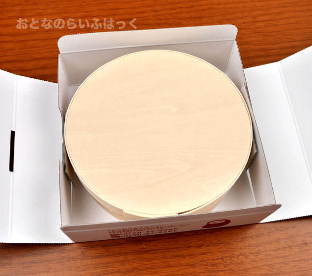 白いパッケージの中に木箱