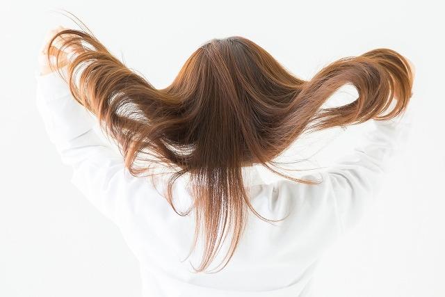 美髪をかき上げる女性