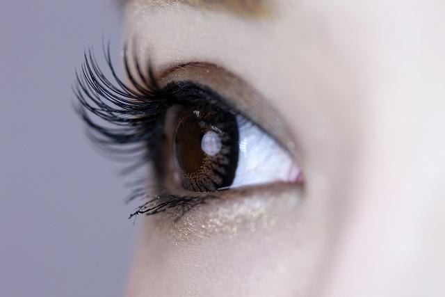まつ毛が長い女性の目もと