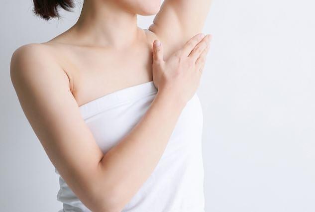 脇や二の腕などの黒ずみが気になる女性