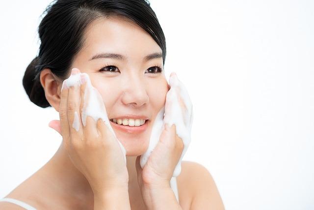 正しい洗顔している女性