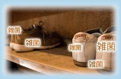 ボディーソープでゴシゴシ足を洗う
