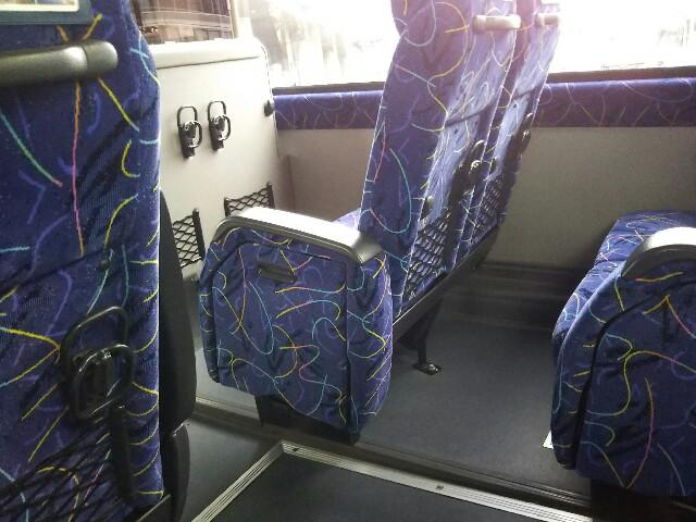 バス車内、座席後ろ