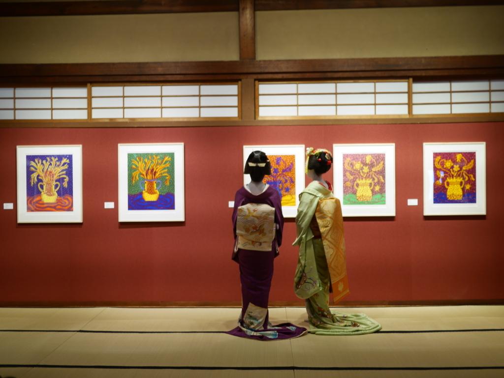 草間彌生作品を観覧する舞妓さん芸妓さん