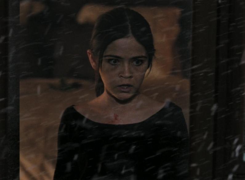 映画「エスター」。エスターが銃を持って部屋の中を徘徊