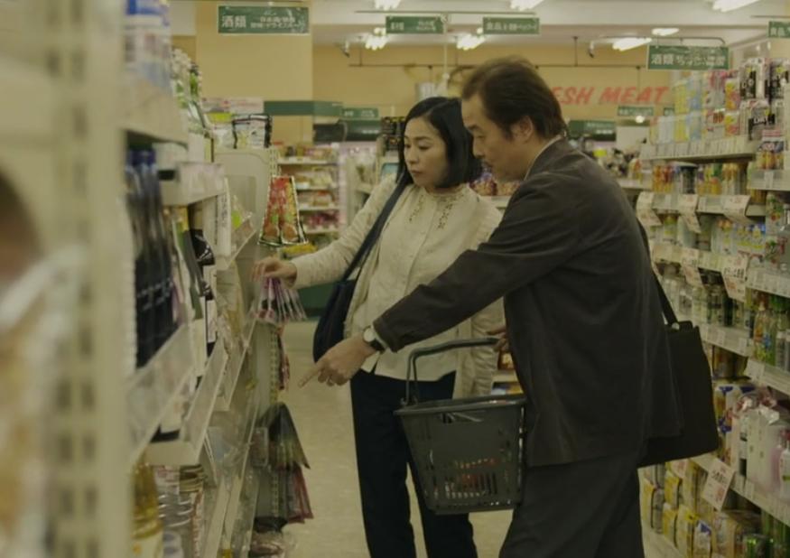 映画「二重生活」にて篠原教授がスーパーで女と食事を買うシーン