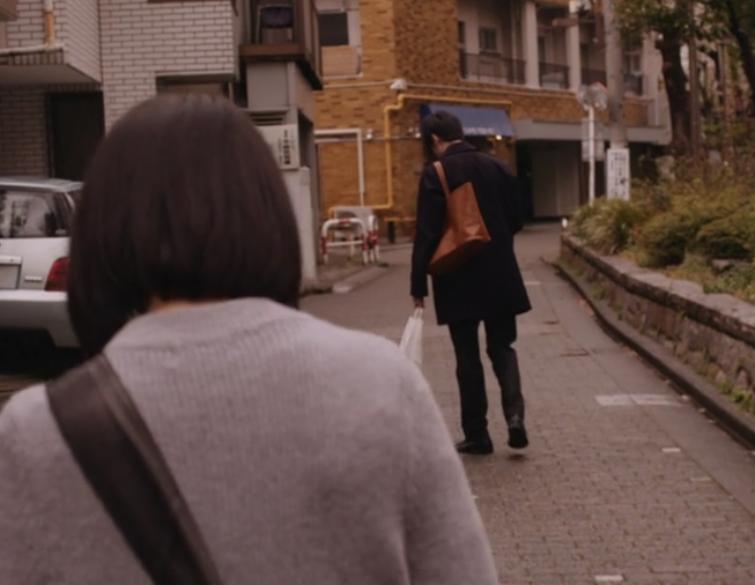 映画「二重生活」にて白石が尾行をするシーン