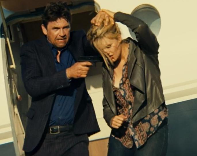 映画「96時間/レクイエム」キムに銃を突きつけるスチュアート