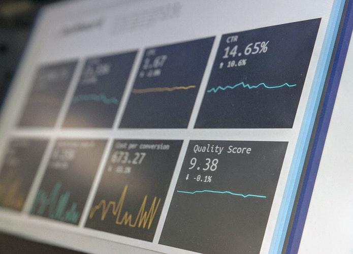 モニターに映る投資の情報