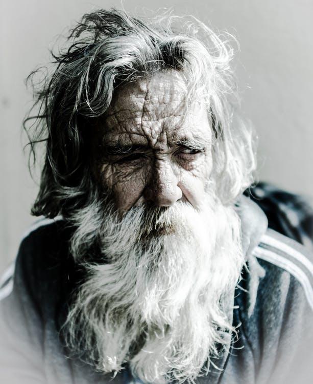 絶望する老人