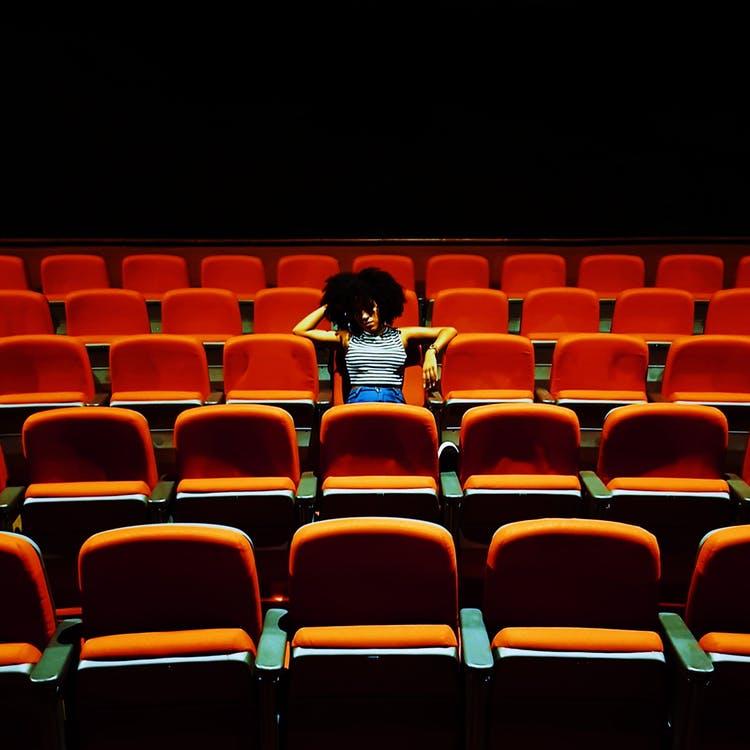 映画館を貸し切る女性