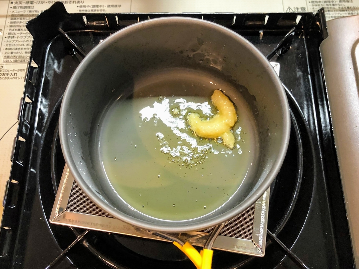 オリーブオイルでニンニクを炒める