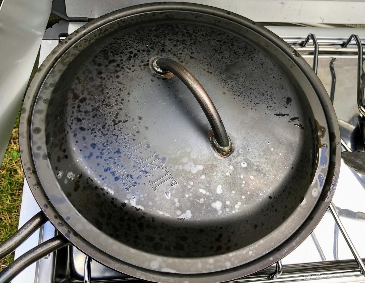 白ワインと水を加え、フタをして煮込む