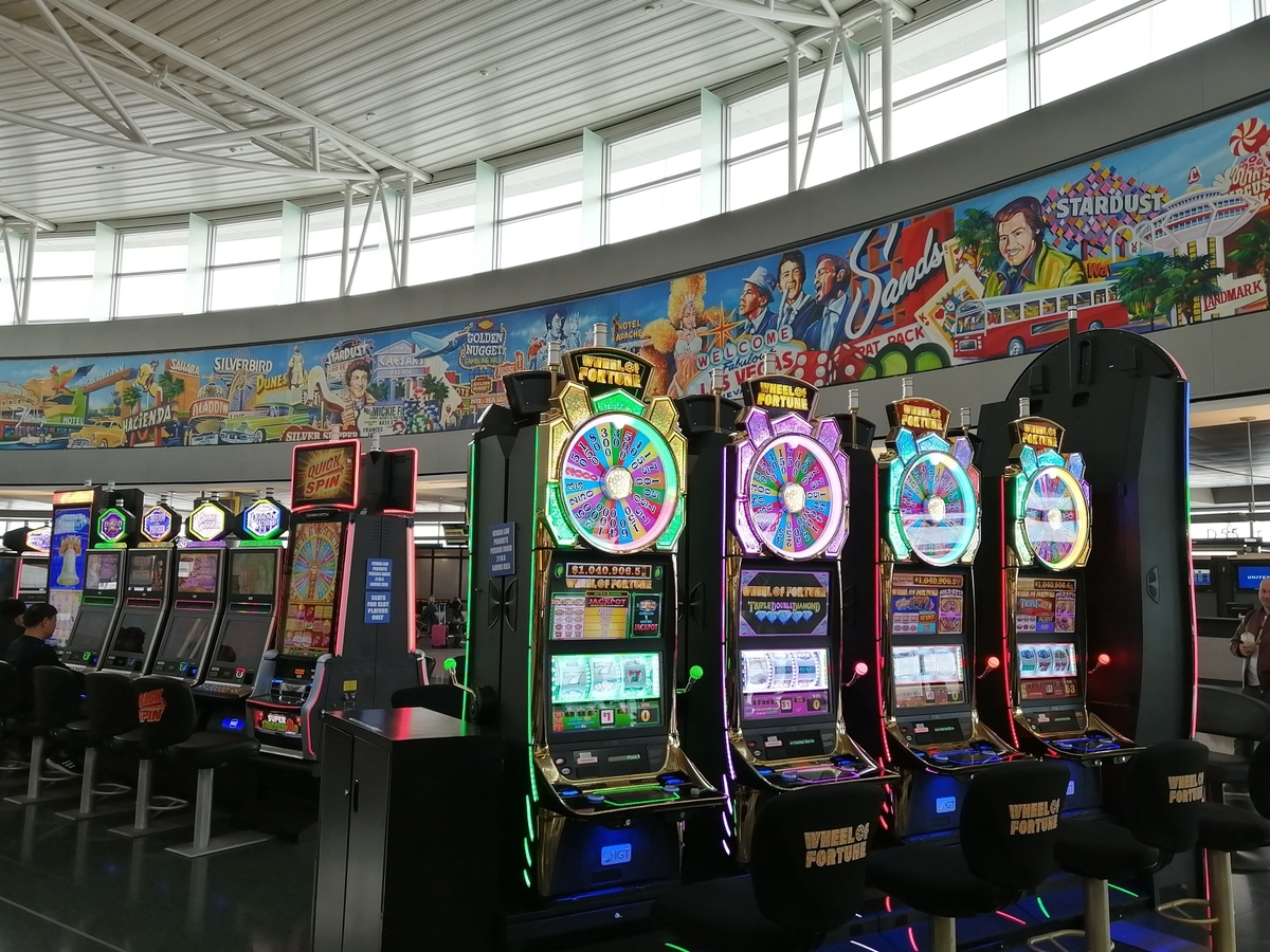 ラスベガスの空港にカジノ台が設置されている様子