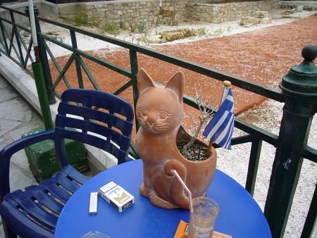 ネコの鉢?にギリシャの国旗