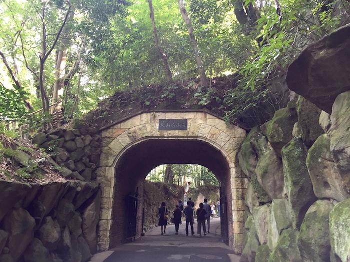 山荘へ行く途中にある立派なトンネル。歴史を感じます。