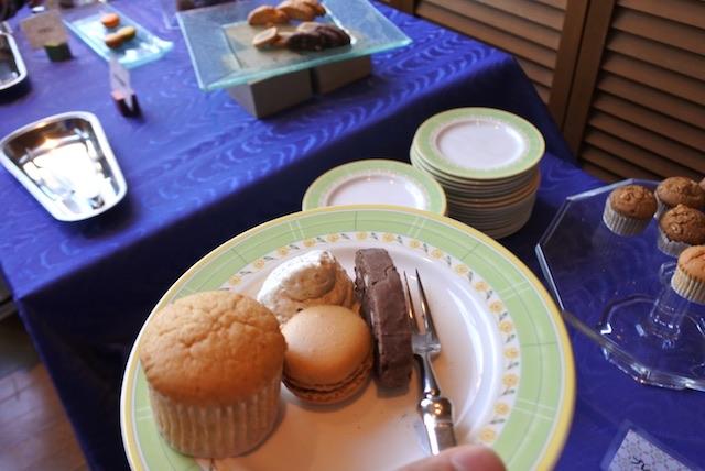 お茶やお菓子はビュッフェ形式で好きなだけいただけます