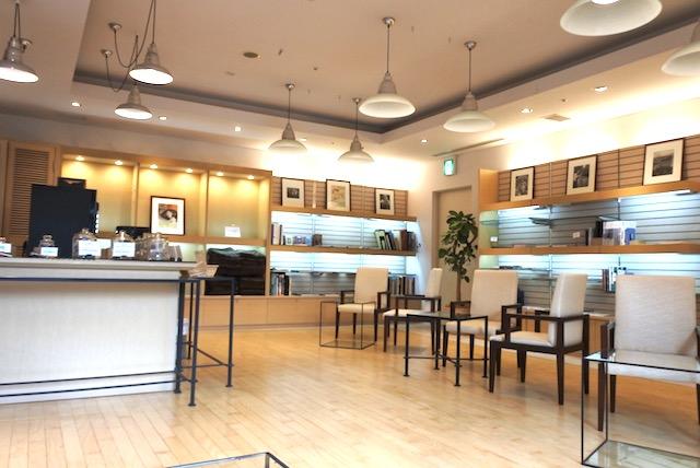 館内2 ライブラリースペース。椅子やソファに座ってハーブティーを飲みながら閲覧できます。