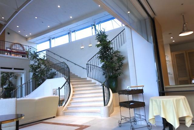館内1 1階中央に大きな螺旋階段があります。