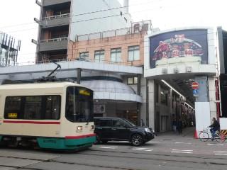 総曲輪通り商店街・富山地方鉄道デ8000形車両写真