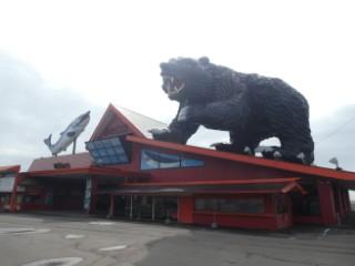 かに御殿・巨大ヒグマ&サケオブジェ写真