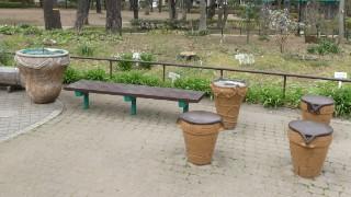 塚山公園・水飲み場、椅子、ゴミ箱写真
