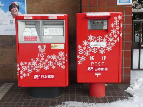 札幌大通郵便局前・雪の結晶ラッピングポスト
