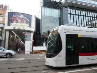 総曲輪通り商店街・富山地方鉄道T100形車両写真
