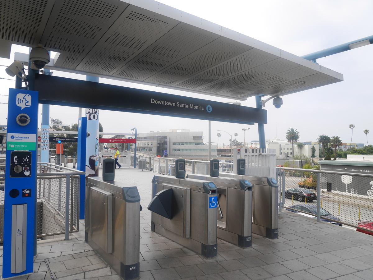 アメリカ ロサンゼルス サンタモニカ ダウンタウン・サンタモニカステーション 改札 メトロレイル メトロエキスポライン