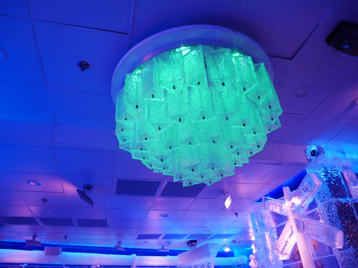 アメリカ ラスベガス ホテル マンダレンベイ minus5º Ice Experience マイナス5・アイスエクスペリエンス 店内のようす 氷のシャンデリア