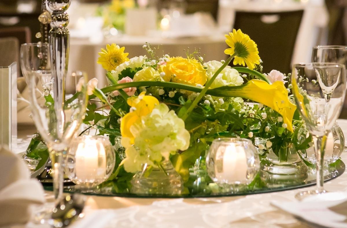 結婚式 披露宴 卓上装花 黄色 緑 さわやか 元気 ルーキス 東天紅