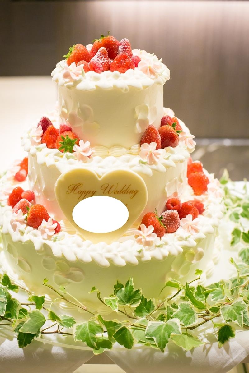結婚式 披露宴 ウェディングケーキ 3段 グリーン装花 イチゴ ベリー