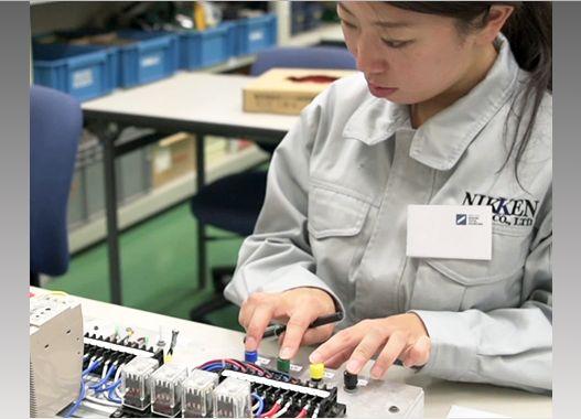 女性の工場風景