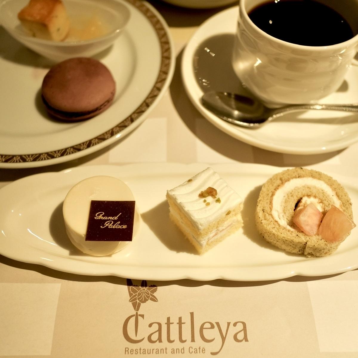 レアチーズケーキとショートケーキとロールケーキ