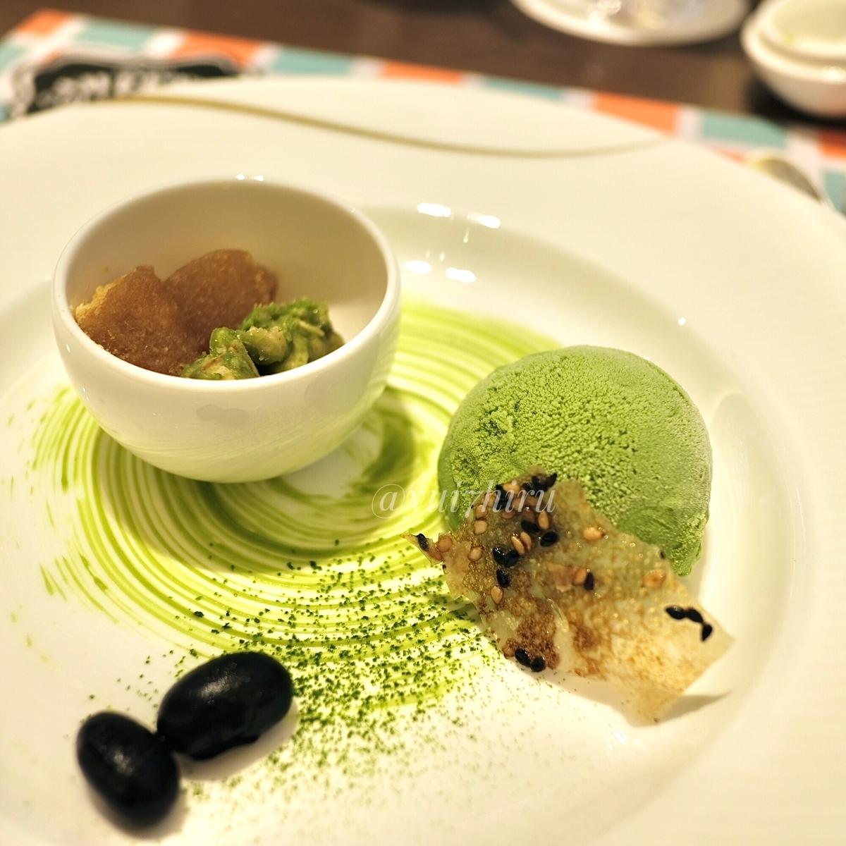 グリーンティーのアイスクリームと抹茶グラノーラ、きな粉餅黒蜜かけ