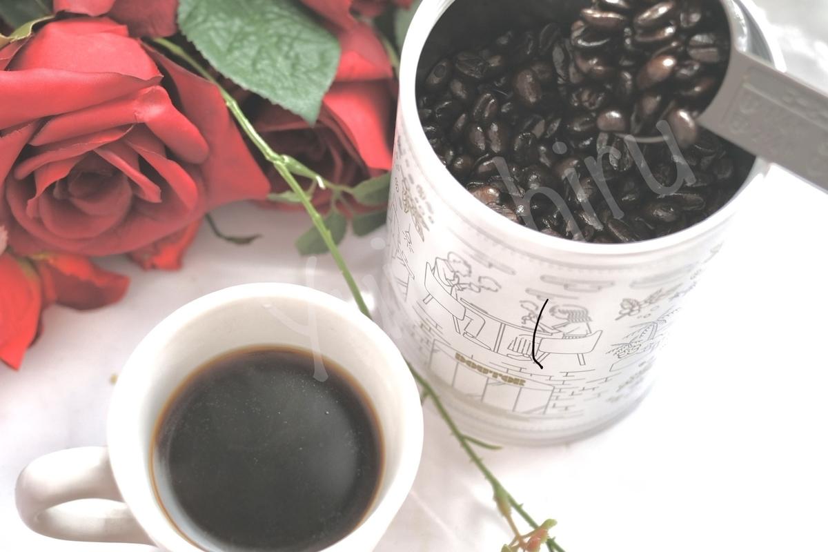 キャニスター缶に入れたコーヒー豆とコーヒー