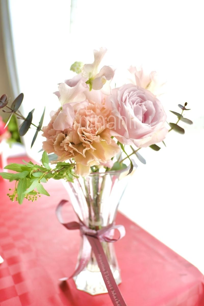 ナハトマンサファイアフラワーベースに花束を生けた