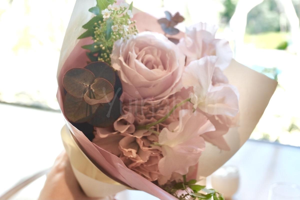 手に持った花束