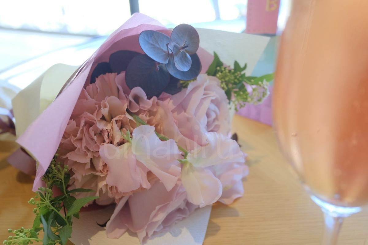 花束をテーブルに置いている