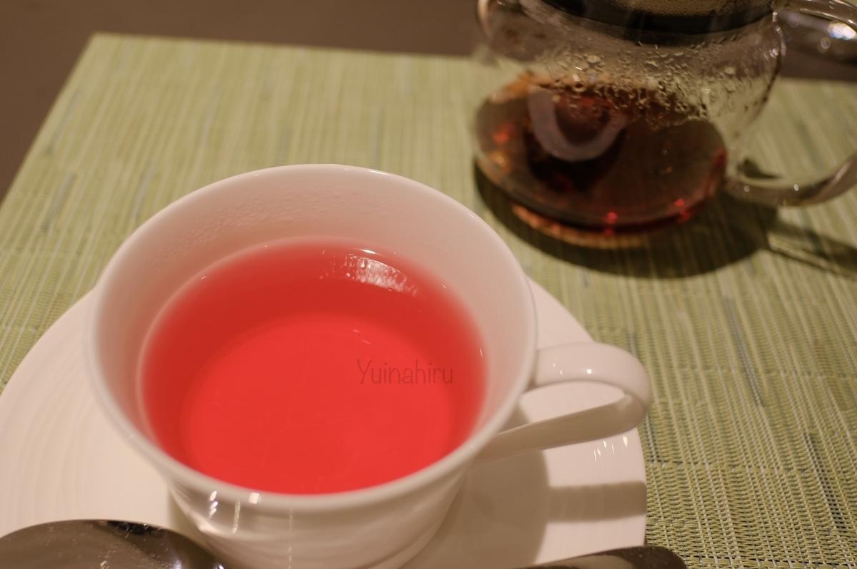 赤い水色のトロピカルカクテル