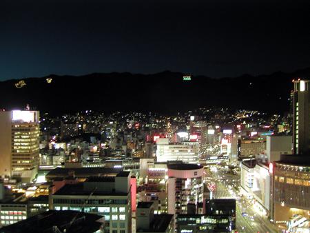神戸 神戸市役所展望ロビーから北側。錨山、市章山が見える。